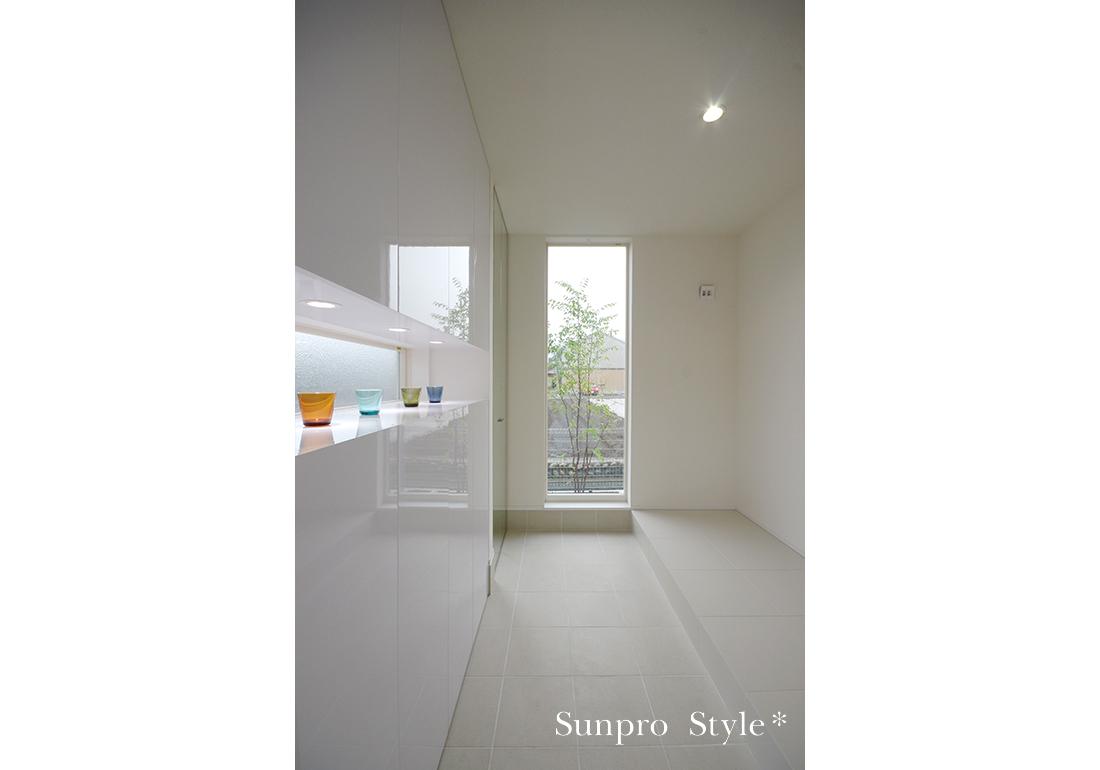 白×光の3階建ての家