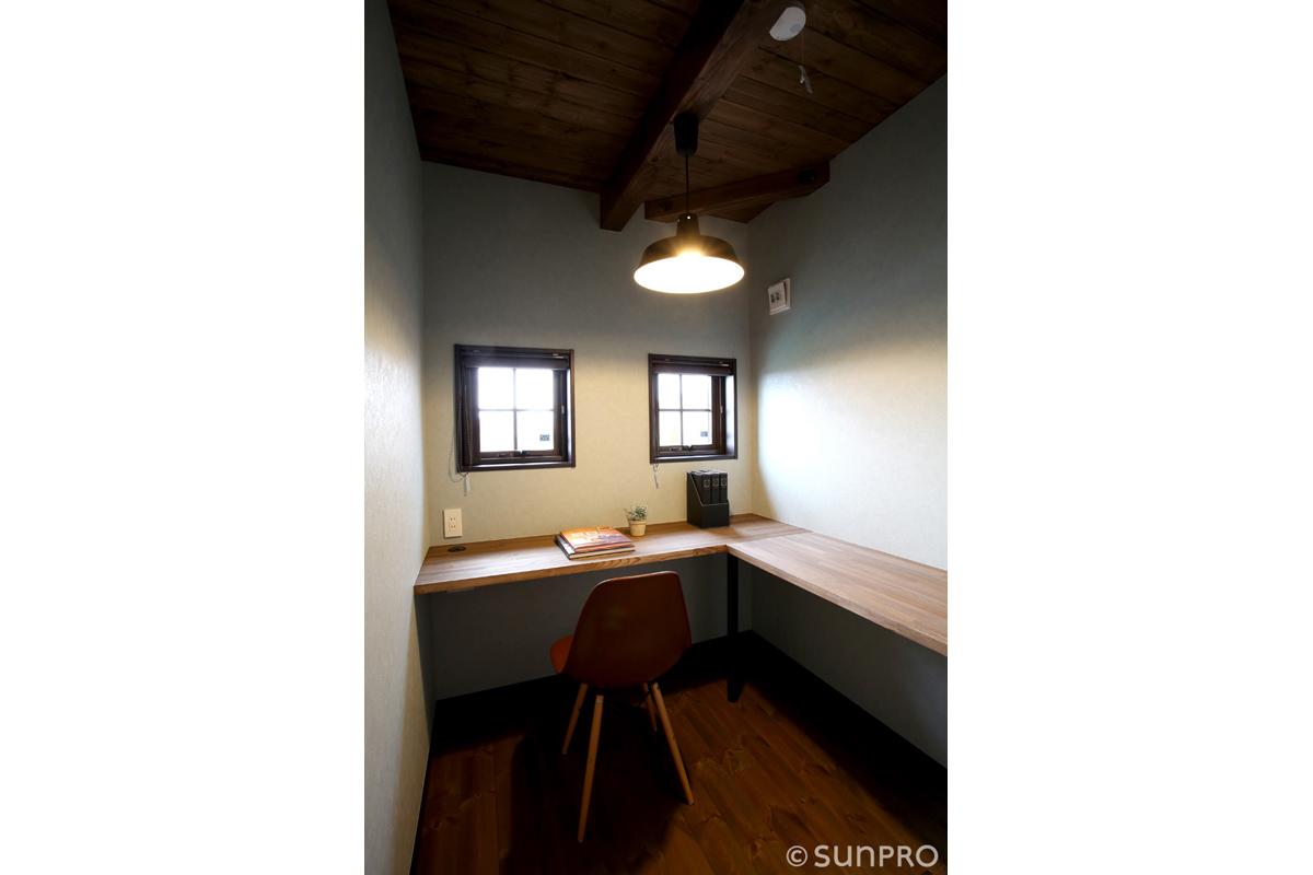 風土に馴染むカフェ風の家