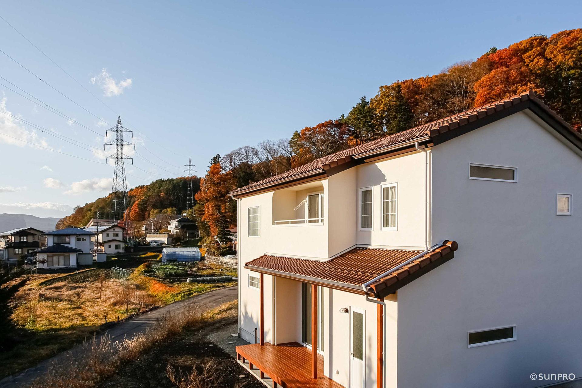信州の景色になじむ 南欧風の家